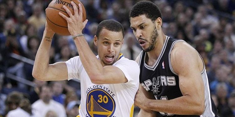 Curry during a game going against a player from San Antonio
