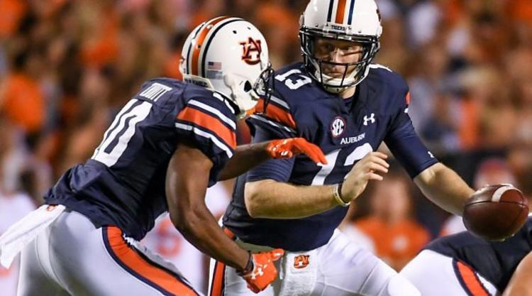 Auburn Tigers QB hands off Ball To RB