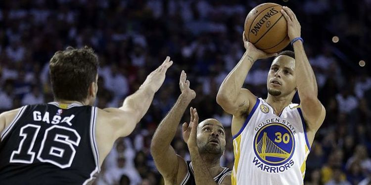 Steph Curry Shooting Over Spurs Defenders