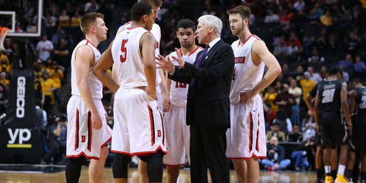 Arizona Wildcats coach talking to players