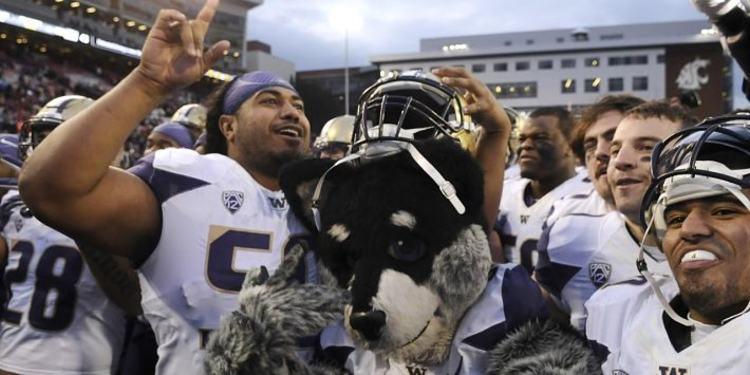 Washington Huskies Players and Mascot celebrate