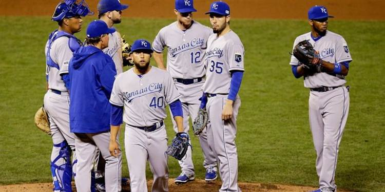 Kansas City Royals  team talking in field