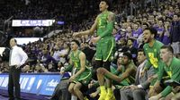 Oregon Ducks players on the bench